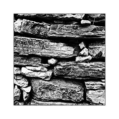Le mur de pierres (Jean-Louis DUMAS) Tags: noiretblanc nb blanc noir bw pierre mur