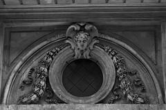 14 - Paris - 72 rue des Archives - Au-dessus de la porte, bas-relief (melina1965) Tags: îledefrance paris juin june 2018 nikon d80 noiretblanc blackandwhite bw 3èmearrondissement 75003 basrelief basreliefs sculpture sculptures façade façades