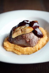 Solomillo al vino tinto (carmenmedinalopez) Tags: food foodstyling foodphotography estilismodealimentos solomillo meat foie