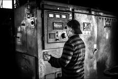 Quand l'erreur peut être fatale! / When the error can become fatal! (vedebe) Tags: netb noiretblanc nb bw monochrome homme humain human people travail work usine