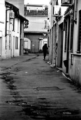(Davide Zappettini) Tags: people street alone city urban filmphotography filmbw davidezappettiniphotography blackandwhite bw bianconero ilford fp4