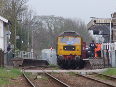 Having given the five minute warning, passengers rush to get back on the train 15-04-18 (APB Photography™) Tags: westcoastrail mayflower charity railtour class47 47580 saxmundham