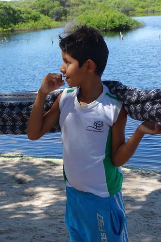 Un des enfants très attentif durant les explications sur les noeuds de hamac