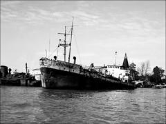Em cinza (Mazé Parchen) Tags: mar céu wb pb navio navioabandonadoporto estaleiro tigre deltadotigre deltadeltigre argentina provínciadebuensoaires buenosaires mazé mazéparchen