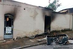Revoltados com feminicídio, populares incendiam casa do suposto autor em Ribeirão das Neves (portalminas) Tags: revoltados com feminicídio populares incendiam casa do suposto autor em ribeirão das neves