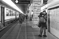 """""""Quando un abbraccio vale più di mille parole"""" (carlo tardani) Tags: venezia venice stazionediveneziasantalucia treno incontro bw bianconero blackandwhitephotos nikond750 bestportraitsaoi"""