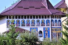 Monasterio de Humor (Anavicor) Tags: arquitectura árbol tejado gente turista monasterio monastery church iglesia guruhumourlui suceava romania rumanía iconos painting