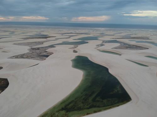 Au fond on perçoit l'océan, c'est là que les habitants de l'oasis vont pêcher. Ils mettent environ deux heures de marche pour l'atteindre