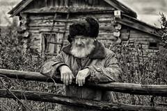 34._KDA9233 (Дмитрий Конев) Tags: новососедово сибирская глубинка философия жизни старик дед старость осень бушлат шапка зимня дождь дом хиара развалина