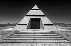 - The Pyramid Gate - (claudiov958) Tags: biancoenero blackwhite blancoynegro california černýabílý claudiovaldés czarnyibiały museumofhistoryingranitefelicity ngc noiretblanc pretoebranco schwarzundweiss черноеибелое pyramid gate portal museumofhistoryingranite sonyilce7rm3 nikkor2470mmf28 photoka