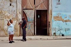 Habana Vieja - scène de rue 2 (luco*) Tags: cuba la havana habana vieja scène de rue street scene homme femme man woman hombre mujer aveugle blind