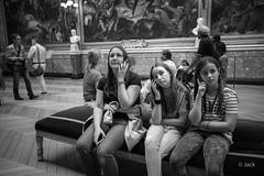 en passant par Versailles (Jack_from_Paris) Tags: l1011861bw leica m type 240 10770 leicaelmaritm28mmf28asph 11606 dng mode lightroom capture nx2 rangefinder télémétrique bw noiretblanc noir et blanc monochrom wide angle street château de versailles visite portrait foule regards salle peinture écoute listening galerie des batailles