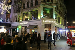 Coventry Street - London (United Kingdom) (Meteorry) Tags: europe unitedkingdom england uk britain greatbritain london november 2017 meteorry coventrystreet whitcombstreet leicestersquare restaurant shakeshack hamburgers shake hotdogs quality fastfood storefront people crowd streetscene evening night soir nuit british