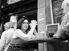 Plato del día (no sabemos cómo llamarnos) Tags: street streetphotography photoderue urbanphotography fotourbana fotocallejera blancoynegro blackandwhite noiretblanc bar restaurant restaurante woman people gente monochrome