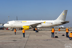 EC-MUM (Escursso) Tags: 2018 320 a320 a320214 aena air airbus bcn barcelona canon ecmum iag lebl openday spottersbarclonaelprat vueling wings airplane airport avio avion fly plane spotting