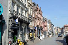 DSC_5853 Wohnhäuser und Geschäfte in der Neerstraat von Roermond. (stadt + land) Tags: wohnhäuser geschäfte neerstraat niederlande roemond hansestadt hanse neuehanse fluss maas rur grenze deutschland einkauf outlet grenzstadt