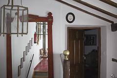 Anca la tía Pilar. (elojeador) Tags: habitación dormitorio salón escaleras tirodeescaleras espejo 3 viga lasvigas peldaño escalón baranda lámpara bombilla hotel hoteltíapilar puerta llaves silla extintor tanaguntico elojeador