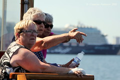 ... Careful with your fingers ... (ChristianofDenmark) Tags: christianofdenmark copenhagen denmark spring heatwave sea fingers women
