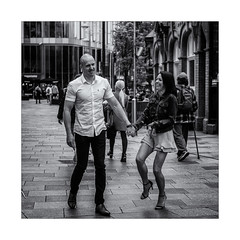 Le fou rire ! (bertranddorel) Tags: couple people homme femme woman man city ville town street streetphoto bnw bn nb bw noiretblanc blackandwhite mono monochrome monocromo contrast light lumière cardiff paysdegalles grandebretagne europe rue photoderue rire blancoynegro biancoenero portrait ciutad nikon nikkor 50mm reflex
