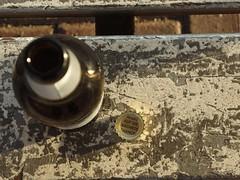 Bier mit schlaue Sprüche (mkorsakov) Tags: dortmund hbf bahnhof mainstation bank bench bier beer kronkorken schlauerspruch glückskeks gähn murketing