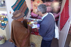 RTB Director, Graham Thiele, speaks with a potato farmer at the World Potato Congress in Peru. Photo: H.Holmes/RTB