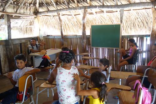 Voici la salle de classe de l'école, les enfants sont mélangés entre tous les âges, comme dans certaines de vos écoles !