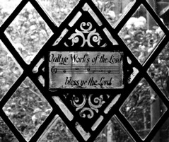 Bless ye the Lord (StrongGrace Photography) Tags: nikoncoolpixp610 greatbritain grosbritannien unitedkingdom england chester chestercathedral bw schwarzweis einfarbig britishisles britischeinseln cloister glas glasmalerei glass stronggracephotography ©ninahesse