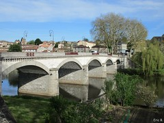 ∑levate (Éric…Mon chemin ⊰♥) Tags: confolens charente 16 eu poitoucharentes nouvelleaquitaine francesudouest citémédiévale médiéval extérieur paysage landscape countryside country nature canon canonixius pontdesaintgermain pont bridge puente ponte brücke pierresetroches lavienne rivière river water cielo sky blue bleu tree trees jardin garden houses photography travel light green avril april printemps spring 2018 reflets reflexion reflexions