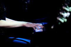 OKIMG_3955 (taymtaym) Tags: singer cantante music portrait ritratto girl lady piano pianoforte hands keyboard keys tastiera tasyi mani dita fingers nathalie giannitrapani
