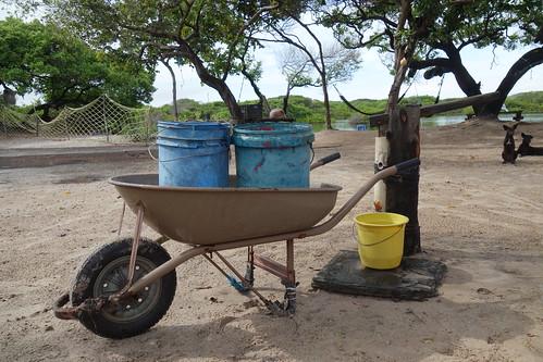 Chaque maison a un puit. Si les touristes boivent de l'eau en bouteille les habitants de l'oasis utilisent cette eau pour boire et cuisiner.