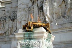 Altare della Patria - Eternal flame (zawtowers) Tags: rome roma italy italia capital city historic roman empire heritage monday 28 may 2018 summer holiday vacation break warm sunny altare della patria monumento nazionale vittorio emanuele ii il vittoriano monument first king unified country completed 1925 tomb unknown solider eternal flame burn brightly