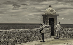afotando (ton21lakers) Tags: foto personas paisaje playa puerto paseo palacio castillo santa catalina cadiz spain toño escandon canon tamron garita bn