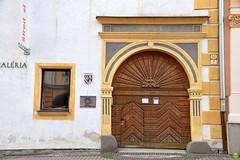 For big & small guests (petrOlly) Tags: europe europa slovakia slowakei slovensko słowacja sk2018 city architecture architektura building buildings door doors window windows