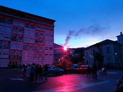La presa della statua (davidepremoselli) Tags: cielo strada edificio persone people auto notte night albero lights fire sunrise statua