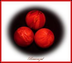 La tríada (bruixazul poc a poc...) Tags: pelotas goma macro rojo smileonsaturday redroundtrio