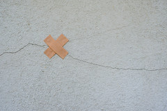 Another Crack In The Wall (CoolMcFlash) Tags: anothercrackinthewall flickrfriday wall crack minimalistic minimalism minimalistisch simple copyspace negativespace fujifilm xt2 wand mauer ris einfach fotografie photography plaster pflaster xf35mmf14 r