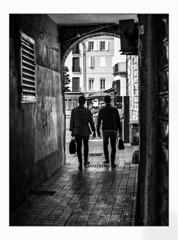 Les compères. (francis_bellin) Tags: 2018 noiretblanc streetphoto blackandwhite street ombres hommes rue photoderue sacs monochrome perpignan avril