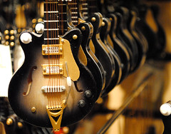 play me a little tune (TAC.Photography) Tags: leadinglines dof guitar guitars treeornaments christmas tacphotography tomclarknet