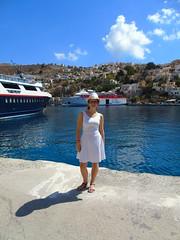 DSC01430 (Eu_sou_Catherine) Tags: eu polishgirl grecia symi vacaciones2016 quierovolver lindosrecuerdos mar statek barco calle ciudad miasteczko vestido blanco colorful nube cielo agua pasaije bote