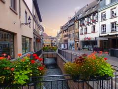 rue de l'église (Colmar, F) (pietro68bleu) Tags: alsace rue ruisseau leverdesoleil maisonsàcolombages fleurs