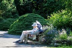 Romance au jardin (nicoleforget) Tags: jardin banc couple ombrelle