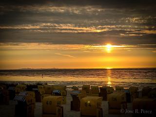 Strandkörbe zur Goldenen Stunde an der Nordsee.  Golden hour at North Sea.