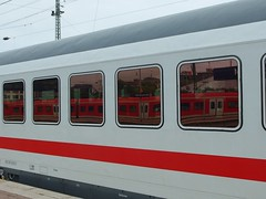 Zugfahren rot-weiss (mkorsakov) Tags: dortmund hbf bahnhof mainstation zug train ic intercity sbahn s5 spiegelung reflection rot red weiss white