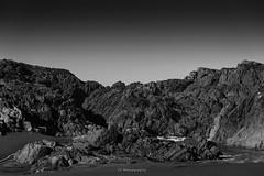 Segunda oración del océano (.KiLTRo.) Tags: cobquecura regióndelbíobío chile cl pullay kiltro sand arena rocks rocas beach playa sky cielo paisaje landscape bw blackandwhite