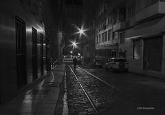 Tranquilo en la oscuridad (Adrit fotografías) Tags: nocturnas blancoynegro fotografíablancoynegro fotografía photography gente people city night street buenosaires argentina porteña callesporteñas nikon nikond7000 sigma1020mm buenos aires ciudad buenosairesciudad