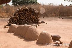 Niofoin scene (10b travelling / Carsten ten Brink) Tags: 10btravelling 2018 africa africaine african afrika afrique boundiali carstentenbrink cotedivoire elfenbeinkueste iptcbasic ivorian ivorycoast korhogo niofoin nionfoin nioufoin nioufouin senoufo senufo westafrica africain cmtb fetish fetishhouse firewood ivoirien ivoirienne mudbrick tenbrink