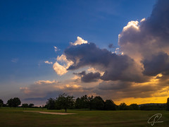 Abendhimmel am Golfkurs (Bluespete) Tags: abendhimmel abendrot bunker clouds golf golfplatz himmel meadow sandbunker sky sommer sommerabend sonnenuntergang summer sunset wiese wolken wolkenkulisse camera:make=olympus exif:make=olympus exif:lens=olympusm1442mmf3556iir geocity geostate exif:model=em10markii exif:focallength=14mm exif:isospeed=200 geocountry geolocation camera:model=em10markii exif:aperture=ƒ13