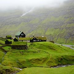 Green everywhere (mikael_on_flickr) Tags: saksun føroyar færøerne faroeislands isolefaroe green grün grøn vert verde hilly buildings gård