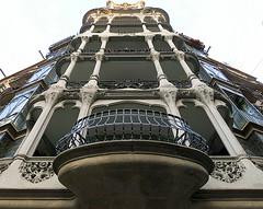 Looking up: Barcelona (Spencer Means) Tags: balkon balcony balcón apartment facade façade corner modernista modernisme round rounded iron ironwork railing dreta eixample barcelona catalunya catalonia spain stonework enclosed covered pillar column capital