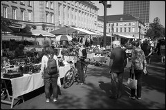 Trödelmarkt (Franco & Lia) Tags: street fotografiadistrada photographiederue berlin berlino trödelmarkt germany germania deutschland biancoenero blackwhite noiretblanc schwarzundweiss analog analogico film pellicola argentique tiegarten agfa apx100 bellini hydrofen studional epson v500